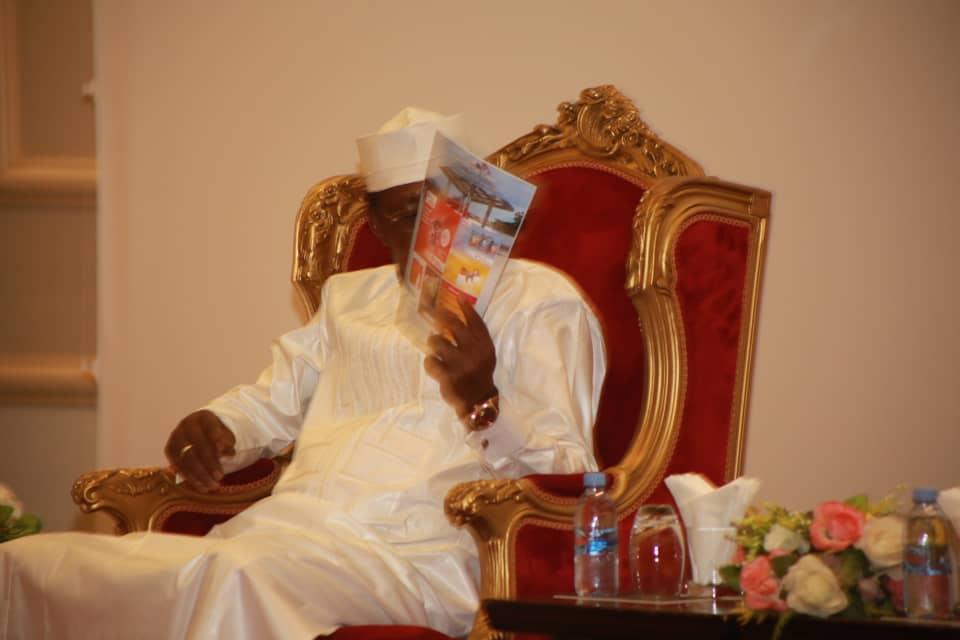 Le Président IDRISS DÉBY ITNO du Tchad parcourant le magazine Challenge intenational, mettant en exergue le MERITE PANAFRICAIN